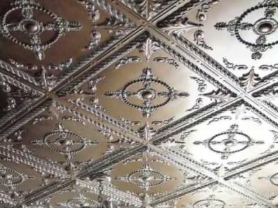 Ремонт своими руками: видео мастер класс о том, как правильно клеить потолочную плитку на неровную поверхность