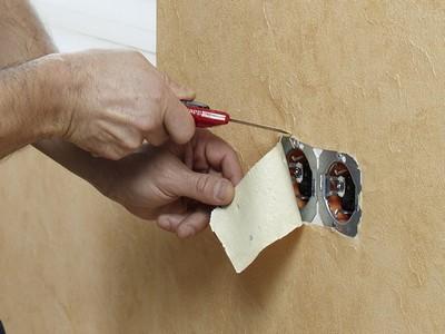 Как наклеить обои под розетку и выключатель