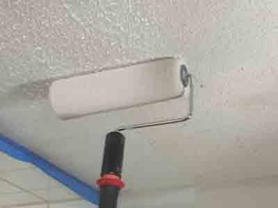 Ровно и гладко: как покрасить потолок водоэмульсионной краской без разводов с помощью подручных средств