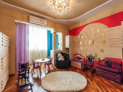 Оригинальные часы в гостиной