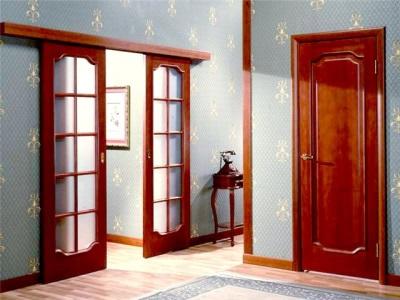 Какую дверь для ванны и туалета выбрать: дешевую или подороже