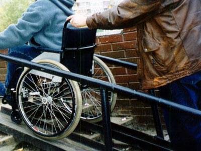 Приставной подъем для колясочников - пандус для инвалидов: размеры, требования ГОСТ по ширине, высоте поручней и углу наклона