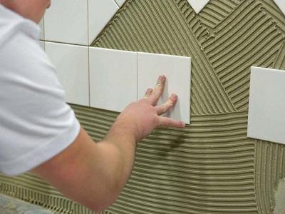 Правильное нанесение плиточного клея и как клеить плитку на стену: уроки для начинающих строителей