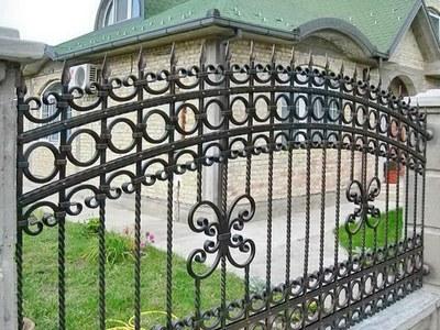 И красиво и надежно: строим заборы и ограждения для дома - фото готовых металлических конструкций