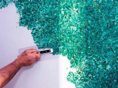 Как наносятся жидкие обои на стену