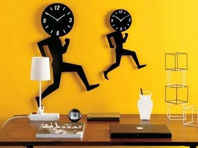 Оригинальные настенные часы в интерьере