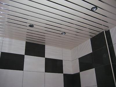Красота и удобство: натяжной потолок в ванной - плюсы и минусы современного элемента и способы монтажа
