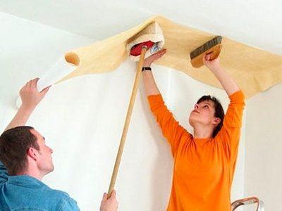 Поклейка виниловых обоев на потолок