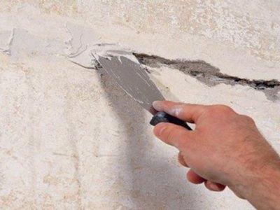 Заделка трещин в стене шпатлевкой