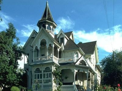 Как выглядит деревянный дом с надстройкой: мезонин - что это такое и чем отличается от мансарды