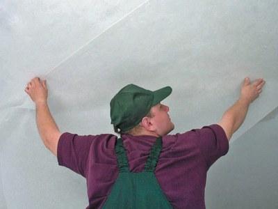 Как поклеить обои на потолок одному
