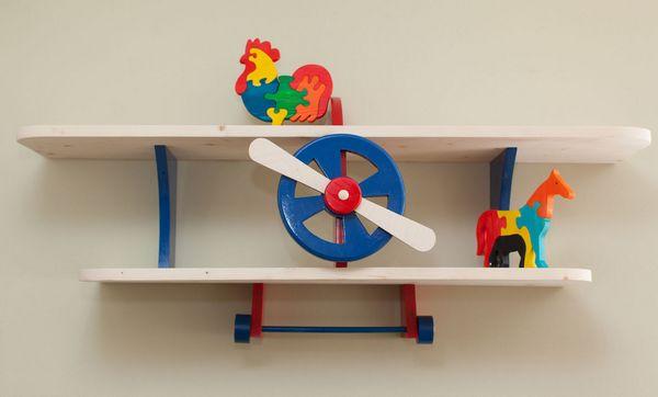Навесные полки в детскую комнату