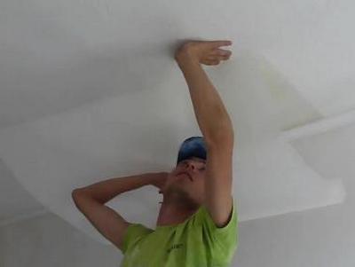 Какими обоями поклеить потолок