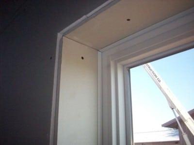 как выровнять откосы на окнах