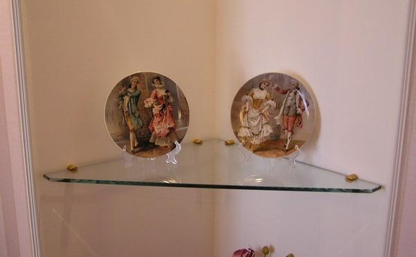 Угловые стеклянные полки на стену