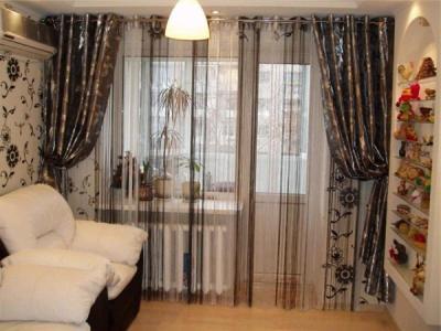 варианты штор для гостиной с балконной дверью