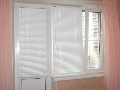 дизайн штор в гостиную с балконом