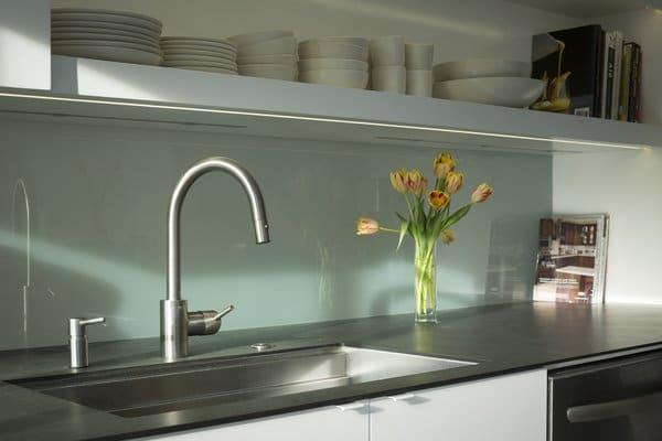 как клеить фартук на кухне из пластика