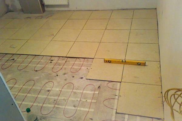 как приклеить плитку на деревянный пол