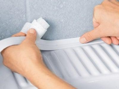 как приклеить плинтус в ванной